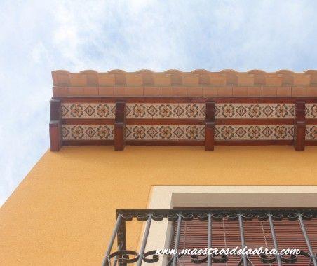 Alero de tejado con cerámica decorada